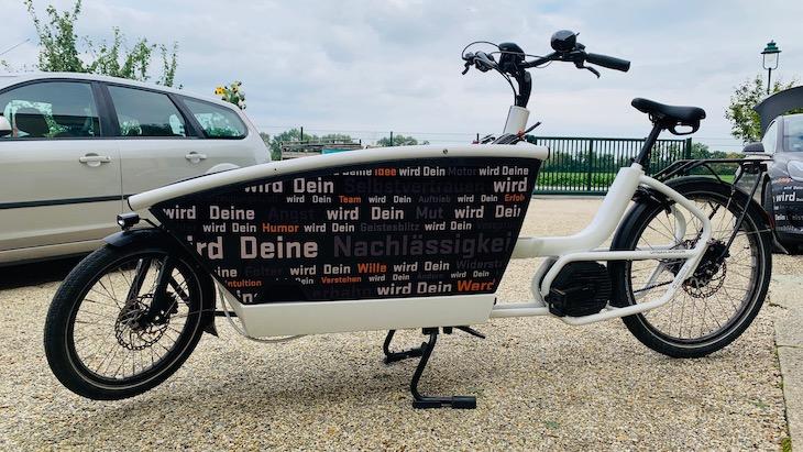 Das Lastenrad von borisgloger consulting ist kein Rad für alle Tage, aber sehr praktisch, um mal etwas mehr zu transportieren oder die Kinder mit ins Büro zu nehmen.